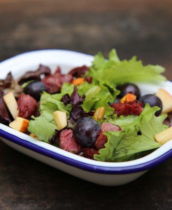 Salade au magret fumé, gésiers confits, raisins et pomme reinette