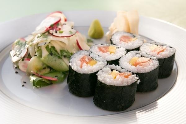 Makis au saumon et à la mangue