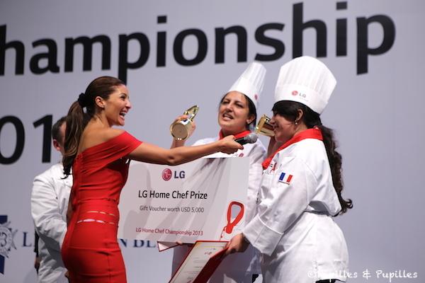 Linda et Fadila recevant leur prix