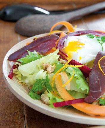 Salade au magret fumé, noix et œuf poché