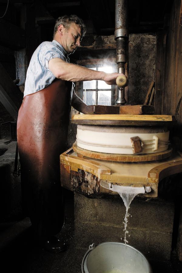 Fabrication du Gruyère Suisse