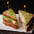 Tuna Club : pain Le Gonesse à la farine de riz certifiée libre de gluten et biologique, miettes de thon au naturel, avocat, mayonnaise et graines de sésame au wasabi. (Maison Kayser)