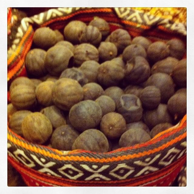 Citrons noirs - a priori séchés et bouillis - on met cela pour parfumer des soupes - vous connaissez ? #abudhabi #visitabudhabi