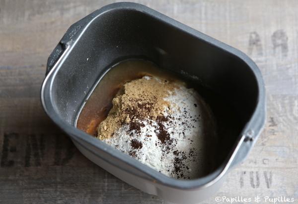 Ingrédients dans la cuve de la machine à pain