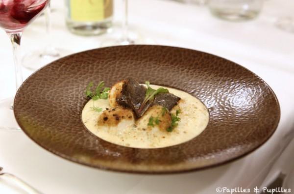 Les Noix de Saint-Jacques de Normandie au beurre de truffe, fondue de poireaux