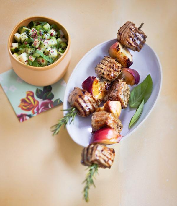 Brochettes de veau au miel et pêches blanches, tartare de courgettes