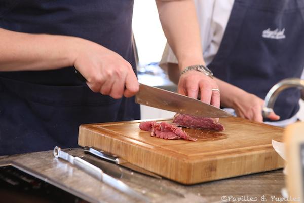 Coupez de fines tranches de viande