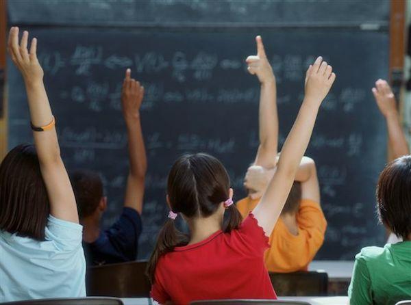Enfant qui lèvent le doigt