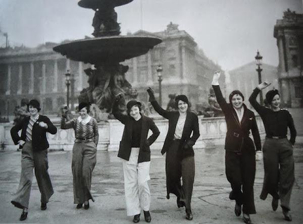 Place de la Concorde (8e), les Parisiennes adoptent la mode du pantalon lancée par Marlène Dietrich, années 1930. Photo : Keystone-France