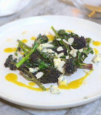 Salade de fleurs de brocolis, fromage bleu et amandes