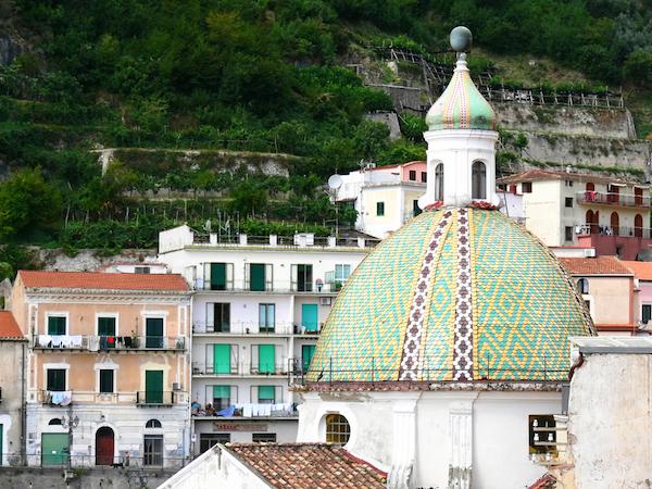 Dome de l'église Saint Pierre - Cetara- côte Amalfitaine ©ollirg - Shutterstock