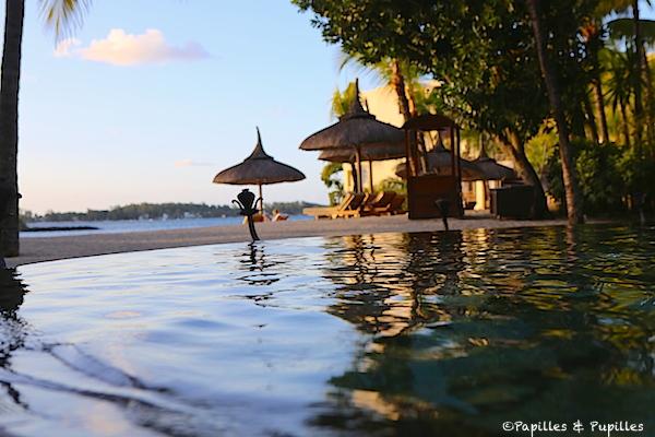 Le Touessrok - la piscine au soleil couchant