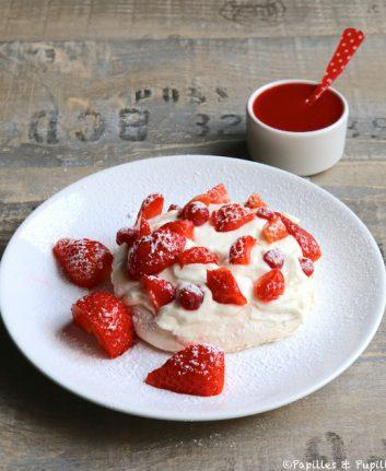 Pavlova aux fraises et groseilles