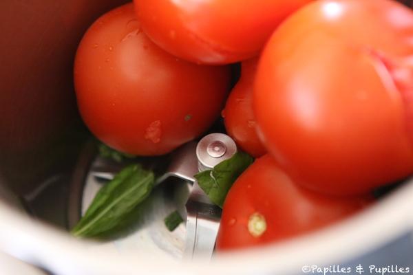 Tomates et basilic dans le robot