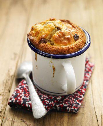Mug cake banane et madeleine aux pépites de chocolat