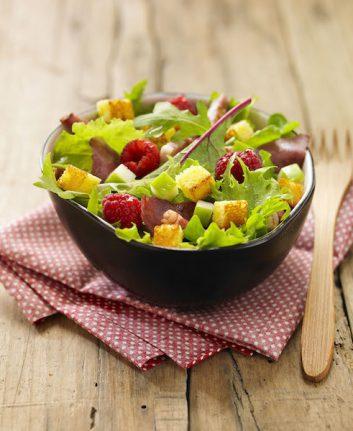 Salade verte, magret séché, framboises et pomme Granny