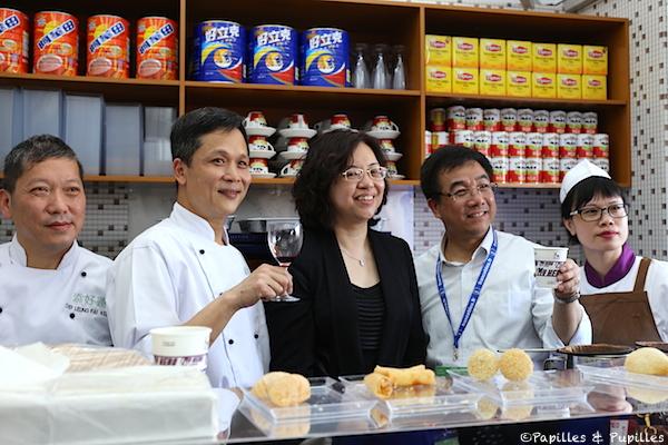 Mak Kwai Pui (2è en partant de la gauche) et son équipe