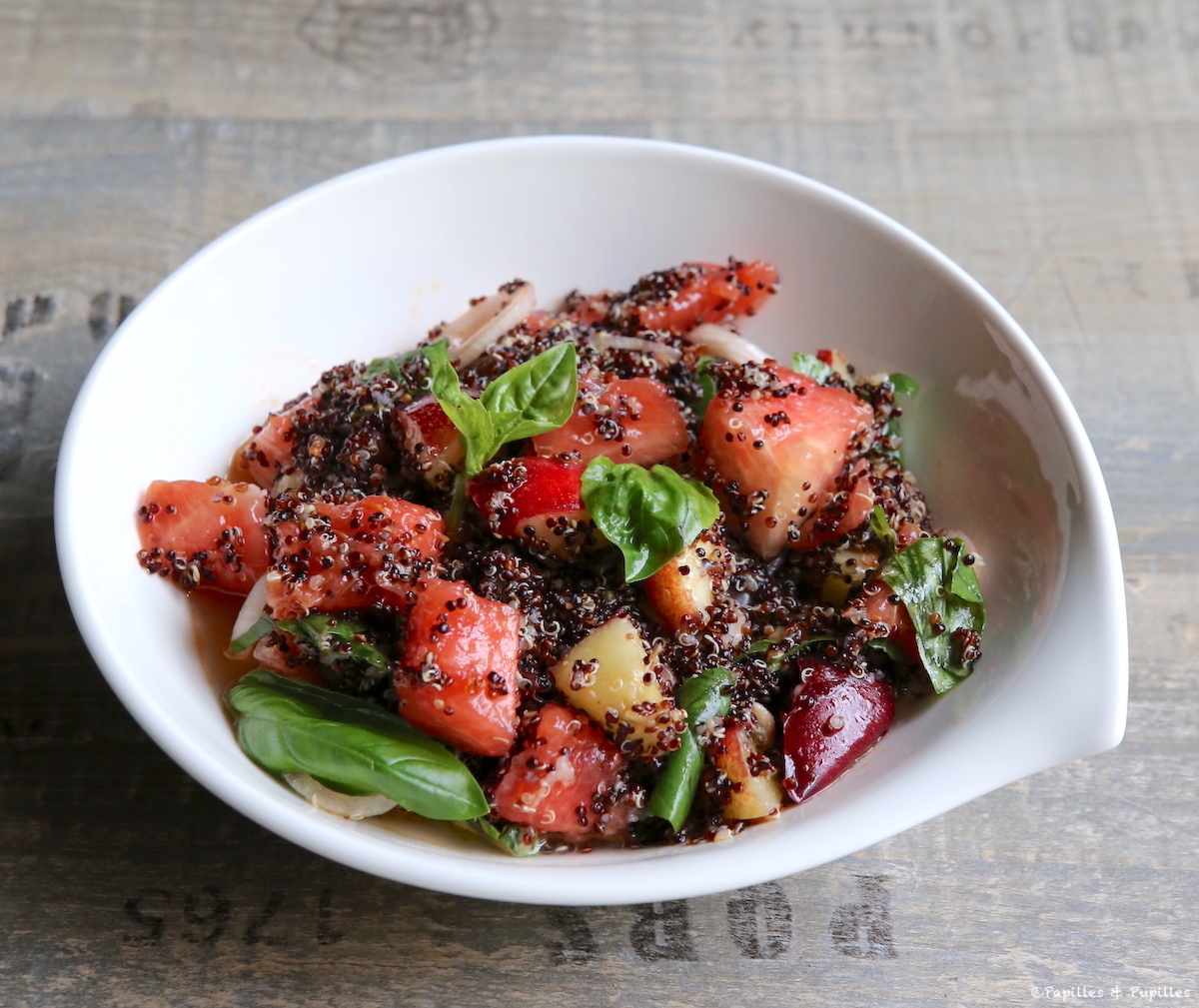 Salade de quinoa, pastèque, nectarine et basilic