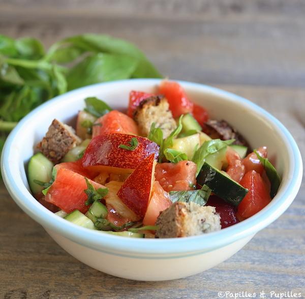 Salade façon panzanella aux fruits