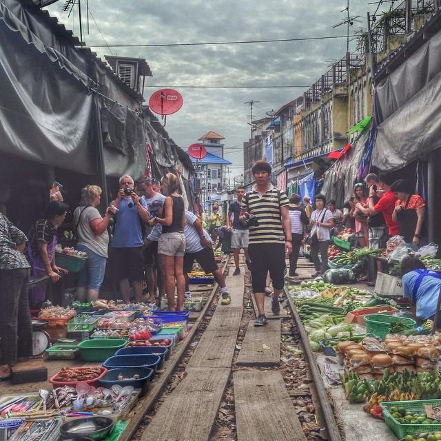 Marché Talad Rom Houp de Meklong - Thaïlande - juste avant le passage du train