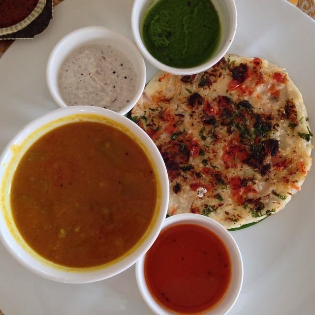 Uttapam - comme un pancake au riz et aux herbes servi avec sambar (comme un dahl avec des aubergines), un chutney de coco, de la purée de coriandre, et de la purée de tomates - Super bon