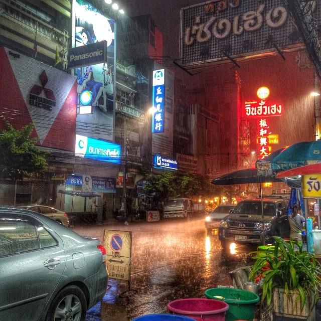 Pluie orageuse sur Bangkok - quartier chinois - féerique