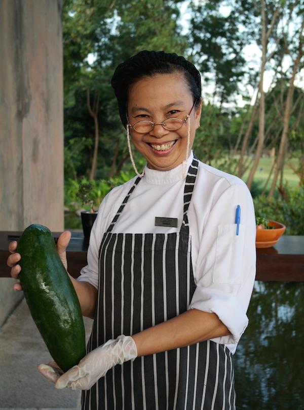 Chutipa présentant la papaye verte - Hôtel Kirimaya