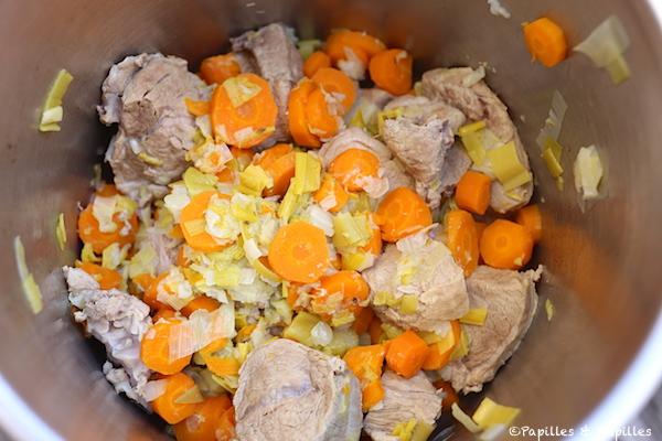 On remet la viande et les légumes égouttés dans la cocotte