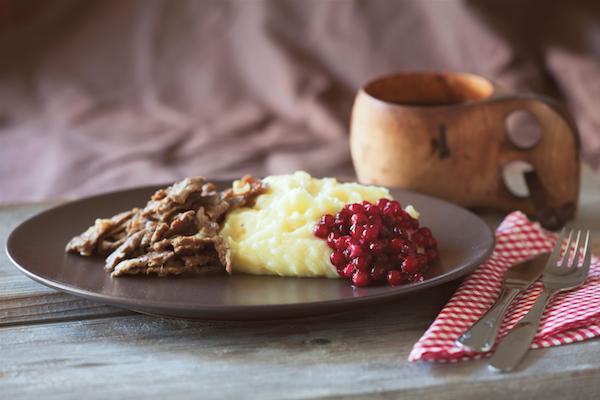 Ragoût (sauté) de renne, purée de pommes de terre et airelles ©Visite Finland