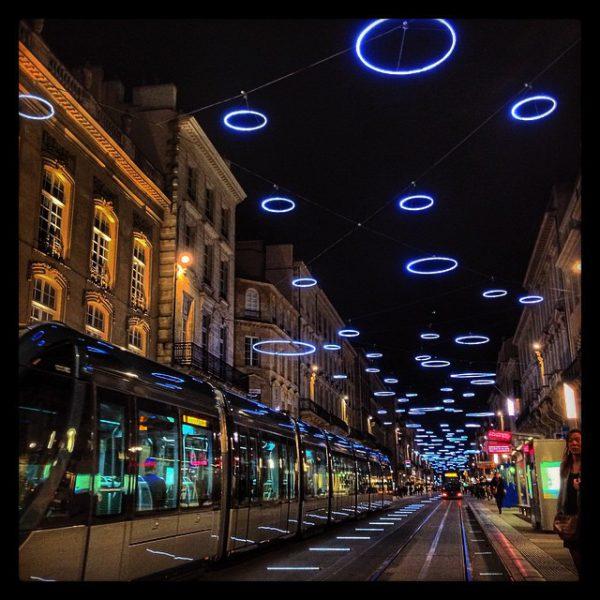 Cours de l'Intendance la nuit, décorations de Noël