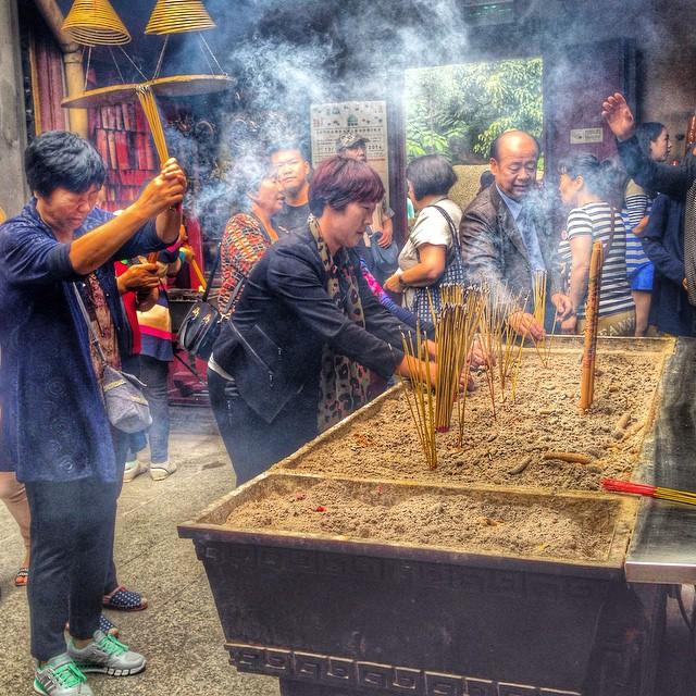 Offrande d'encens au temple A-Ma - Macao