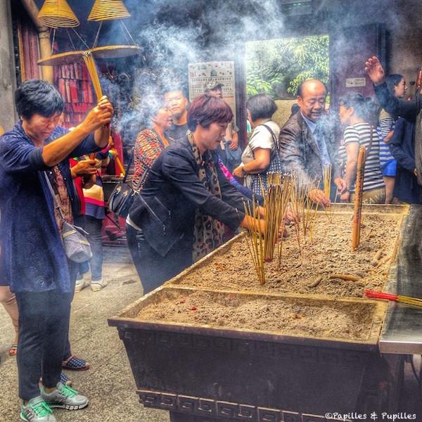 Offrande d'encens au temple A-Ma