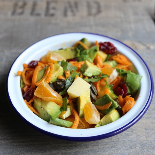Salade hivernale vitaminée aux carottes, orange, avocat, cranberries, Comté et graines de courge