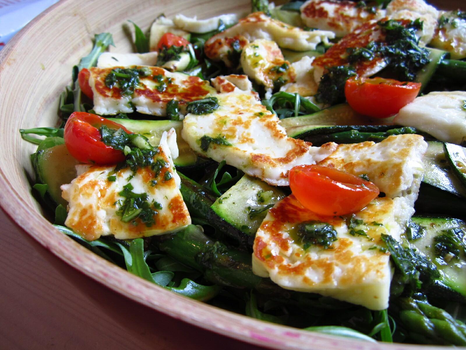 Halloumi, salade de pesto et asperges ©Great British Chefs Team CC BY-NC-SA 2.0