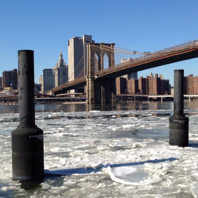 La glace file sur l'East River