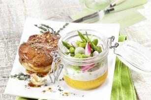 Agneau de lait rôti et petits légumes de printemps