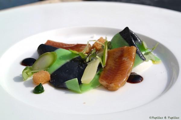 Fine raviole de pâte verte et noire, faisselle fraîche, huile d'olive, anguille laquée et première asperge de la saison