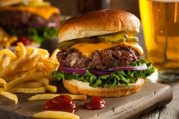 Hamburger au cheddar (c) Brent Hofacker shutterstock