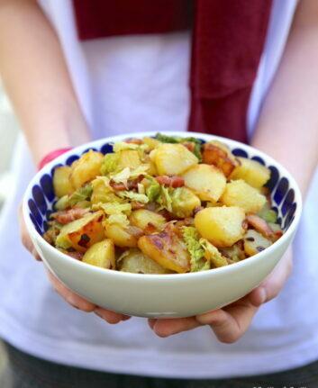 Poêlée de pommes de terre sautées et chou vert