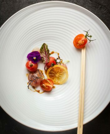 Sashimi de daurade, tomates cerises et sauce ponzu
