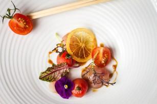Sashimi de dorade, tomates cerises et sauce ponzu