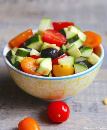 Tartare de courgettes, tomates, olives noires et pignons de pin