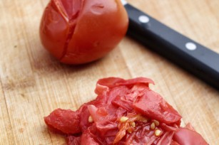 Emonder une tomate ©successo images shutterstock