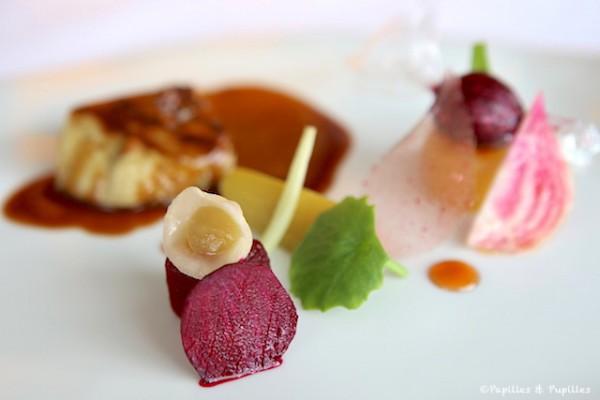 Foie gras extra des Landes grillé au barbecue et en bonbons acidulés. Déclinaison de betteraves, rhubarbe et jus de canard concentré