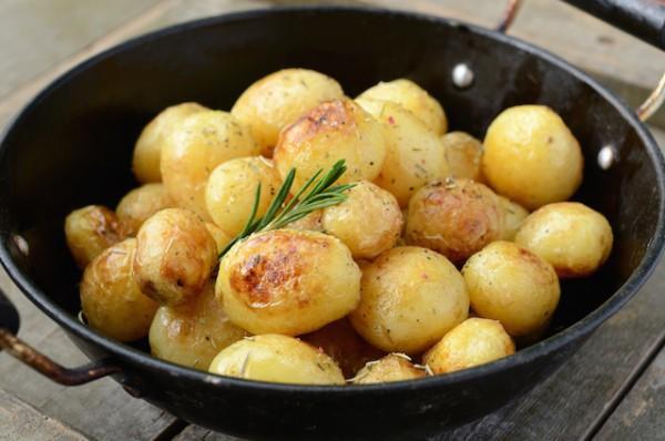 Pommes de terre nouvelles et romarin © lizabarbiza shutterstock