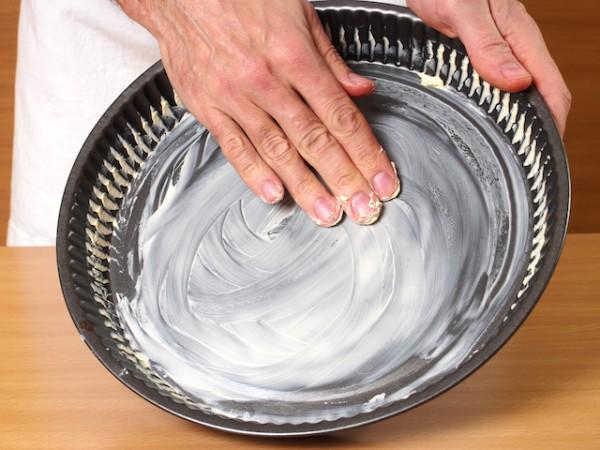 On beurre le moule à tarte ©ffolas shutterstock