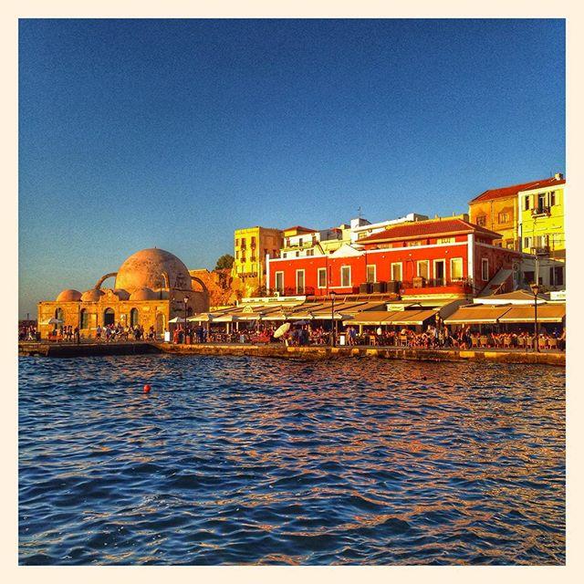 Les derniers rayons de soleil sur le port de La Chanée
