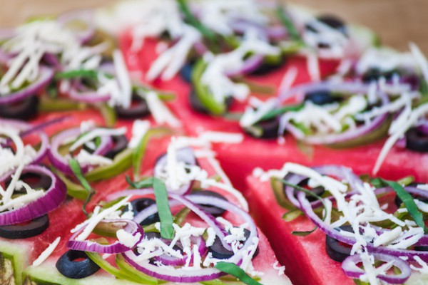 Pizza pastèque oignon rouge olive basilic fromage ©Romas_Photo shutterstock