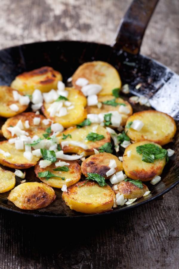 Pommes de terre saut es pommes de terre rissol es - Pomme de terre grille a la poele ...