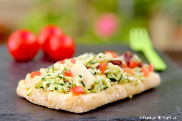 Tartine aux courgettes râpées, aux deux tomates et au Parmesan